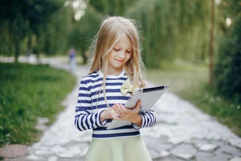 niña con tablet